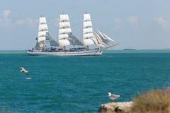 Seascape με το πλέοντας σκάφος Στοκ Εικόνες