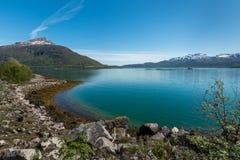 Seascape με το τυρκουάζ νερό και τα βουνά Στοκ Εικόνες