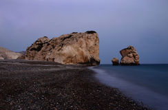 Seascape νύχτας της παραλίας βράχων Aphrodite, ελληνική θεά της αγάπης, Κύπρος Στοκ φωτογραφία με δικαίωμα ελεύθερης χρήσης