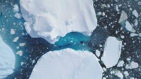 Seascape παγόβουνων της Ανταρκτικής ωκεάνια εναέρια άποψη απόθεμα βίντεο