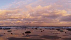 Seascape παραλιών ωκεανός ηλιοβασιλέματος απόθεμα βίντεο