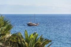 Seascape Σκάφος ευχαρίστησης στο υπόβαθρο του θαλάσσιου ορίζοντα Στοκ Εικόνες