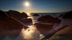 Seascape σκιαγραφιών στην αψίδα πετρών στο ηλιοβασίλεμα Στοκ εικόνα με δικαίωμα ελεύθερης χρήσης