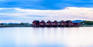 Seascape τοπίων φιορδ Σκανδιναβικά κόκκινα Σκανδιναβικά σπίτια Στοκ εικόνα με δικαίωμα ελεύθερης χρήσης