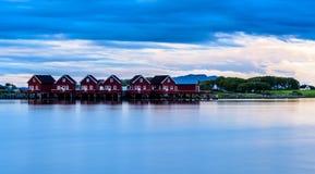 Seascape τοπίων φιορδ Σκανδιναβικά κόκκινα Σκανδιναβικά σπίτια Στοκ Φωτογραφίες