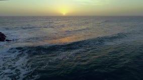 Seascape του ηλιοβασιλέματος πέρα από τον ήρεμο Ατλαντικό Ωκεανό απόθεμα βίντεο