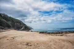 Seascape του Μπαλί με τα τεράστια κύματα στην όμορφη κρυμμένη άσπρη παραλία άμμου Στοκ φωτογραφίες με δικαίωμα ελεύθερης χρήσης