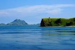 Seascape των σκούρο μπλε και πράσινων βουνών Στοκ Φωτογραφίες