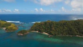 Seascape вида с воздуха с тропическими островом, пляжем, утесами и волнами Catanduanes, Филиппины сток-видео
