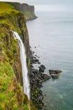 Seascape водопада утеса килта, остров Skye, Шотландии Стоковая Фотография