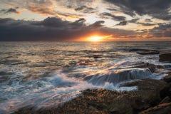 Seascape восхода солнца с отражениями восходящего солнца и солнца над волнами Стоковая Фотография RF