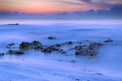 Seascape в сумерк сине-апельсина с мягкой нерезкостью волнового движения Стоковое фото RF