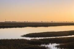 Seascape захода солнца Алгарве на запасе заболоченных мест Ria Формозы, souther Стоковое Фото