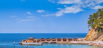 Seascape и кабины пляжа на Чёрном море подпирают Стоковое Изображение