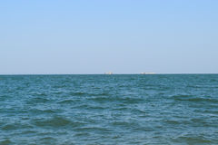 Seascape и 2 корабля на горизонте Стоковые Фото