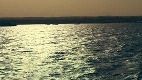 Seascape лета волны моря на заходе солнца, в лучах мягкого солнечного света слепимость на воде залив моря, плавая яхты на море, в видеоматериал