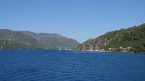 Seascape лета, отклонение воды красивой природой против гор в путешествии акции видеоматериалы