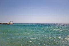 Seascape на солнечный день, маяк на горизонте Стоковая Фотография