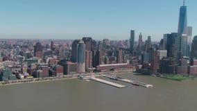 Seascape Нью-Йорка disctrict Манхаттана небоскребы городского финансового современные в красивой воздушной панораме трутня 4k видеоматериал