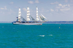 Seascape при белое парусное судно плавая в Чёрное море Стоковые Фото
