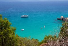 Seascape Сардинии Взгляд кристаллического моря на лете в Сардинии, около Cala луны ландшафт sardinian Праздники в Сардинии Стоковое Фото
