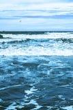 Seascape с волнами, кораблем и kitesurfer Стоковое Изображение RF