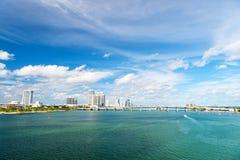 Seascape с мостом и зданиями miami США на горизонте Небоскребы городского района на облачном небе Архитектура и desig стоковая фотография