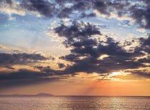 Seascape с небом захода солнца голубым и желтым стоковая фотография