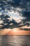 Seascape с небом захода солнца голубым и желтым стоковое фото rf