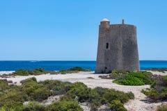 Seascape с старой башней и быстро проходя шлюпкой на море Ibiza стоковое фото