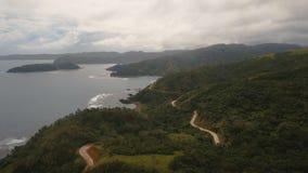 Seascape с тропическими островом, дорогой горы, пляжем, утесами и волнами Catanduanes, Филиппины сток-видео