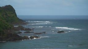Seascape с тропическими островом, пляжем, утесами и волнами Catanduanes, Филиппины акции видеоматериалы