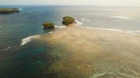 Seascape с тропическими островом, пляжем, утесами и волнами Siargao, Филиппины акции видеоматериалы