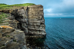 Seascape с утесами и ветрилом Стоковые Изображения RF