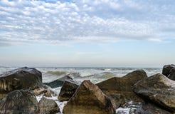 Seascape с утесами и прибоем на переднем плане стоковое изображение rf