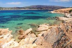 Seascape с утесами на переднем плане, острове Pena, Chalkidiki, Греции Стоковые Изображения RF