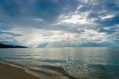 Seascape с луч светами идет через облака Стоковые Фото