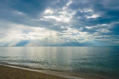Seascape с луч светами идет через облака Стоковые Изображения