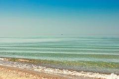 Seascape с шлюпкой на горизонте Стоковые Изображения