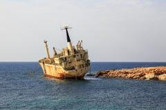 Seascape: шлюпка EDRO III терпеть около скалистого берега на заходе солнца Среднеземноморской, около Paphos Кипр Стоковое Изображение RF