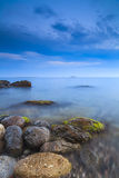 Φυσικό seascape με τους μεγάλους λίθους Στοκ Εικόνες
