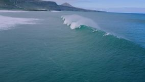 seascape aéreo do zangão 4k do surfista que surfa na onda branca enorme da espuma que espirra na água azul profunda calma do ocea vídeos de arquivo