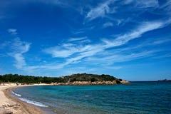Seascape av en sandig strand Arkivfoton