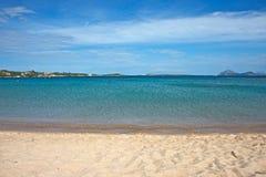 Seascape av en sandig strand med det blåa havet Royaltyfria Bilder