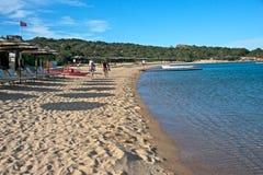 Seascape av en sandstrand av Liscia Ruja Royaltyfria Foton