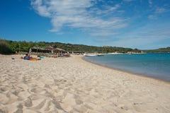 Seascape av en sandstrand av Liscia Ruja Royaltyfri Foto
