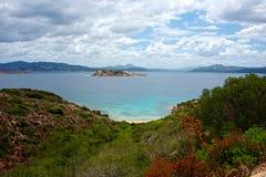Seascape av en strand med det blåa havet som av naturen omges Royaltyfri Fotografi
