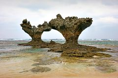 Seascape av hjärta vaggar i kourijima Royaltyfri Foto