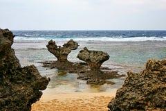Seascape av hjärta vaggar i kourijima Arkivbild