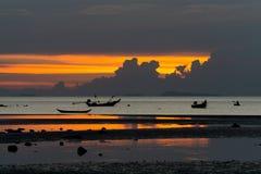Seascape av Koh Samui, Thailand Fartyg på solnedgången Arkivbild